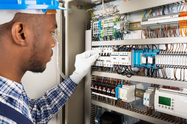 técnico control de fusebox - electricista fotografías e imágenes de stock