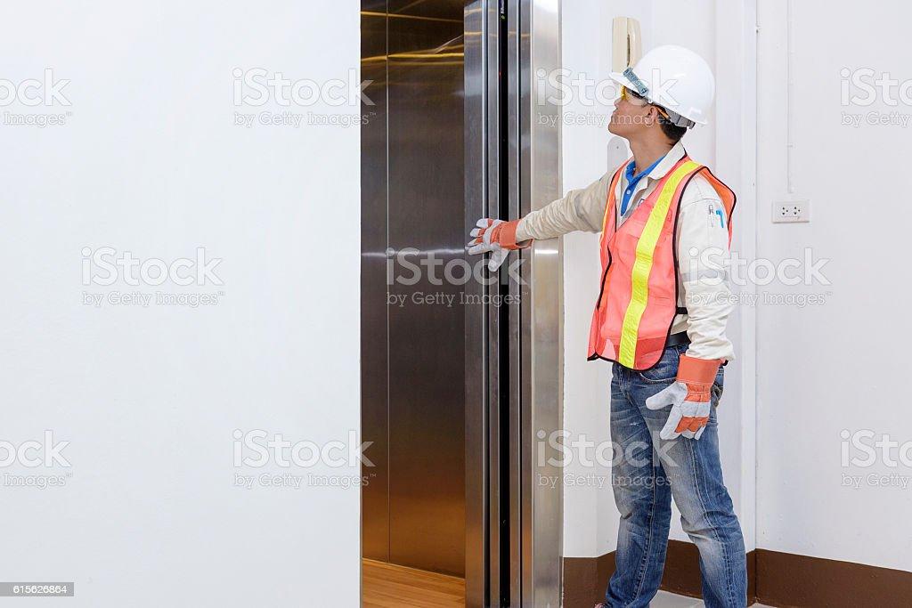 Technician - Engineer investigate work adjustment mechanism lift – Foto
