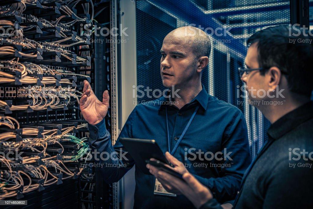 IT-Techniker erklären, Server-Konfiguration an einen manager - Lizenzfrei Arbeiten Stock-Foto