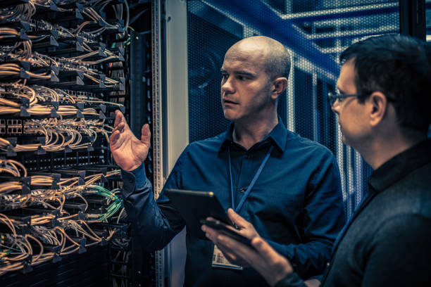 configuration du serveur explique technicien à un responsable informatique - maintenance informatique photos et images de collection