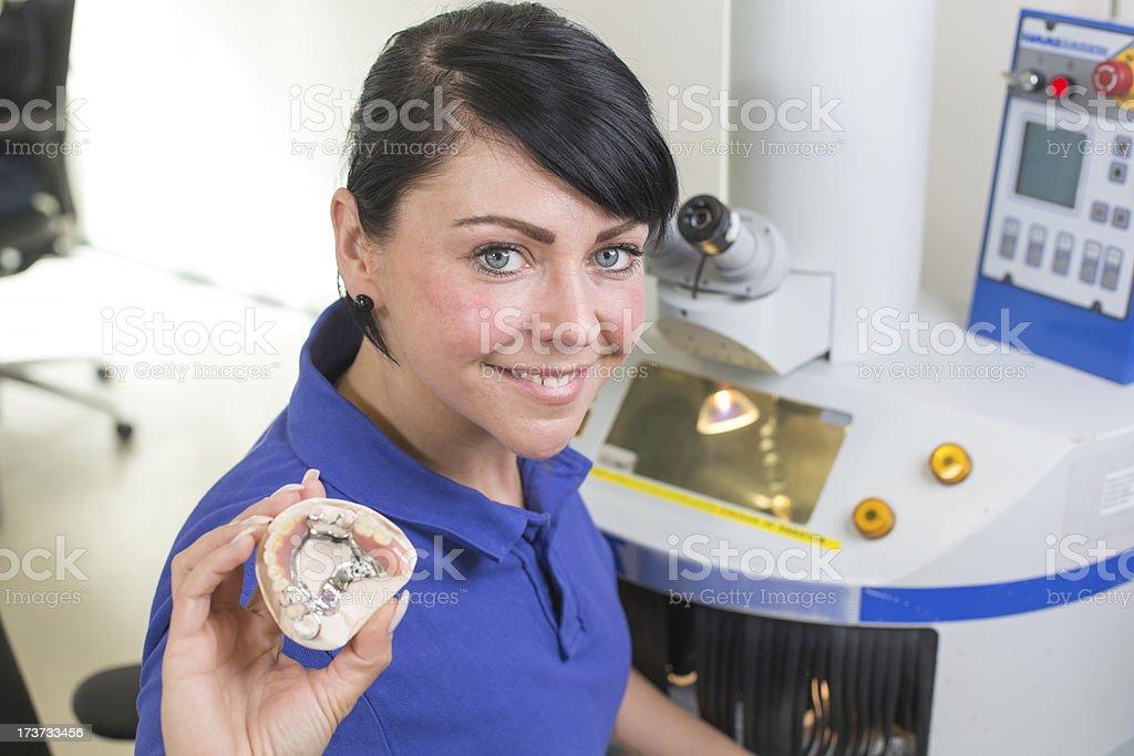 De laboratoire technicien dentaire présentant un prosthesis à la caméra - Photo
