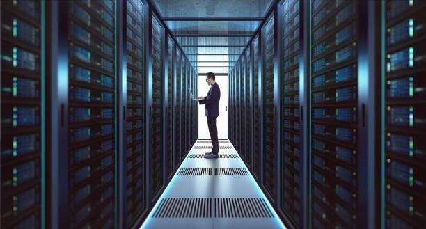 it-technicus in suit werkt op laptop - datacenter stockfoto's en -beelden