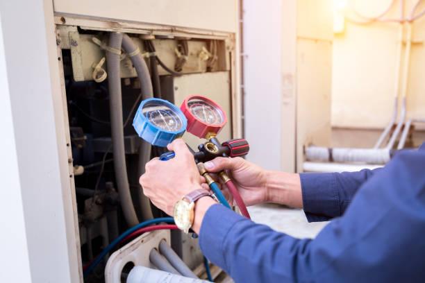 technik sprawdza klimatyzator, urządzenia pomiarowe do napełniania klimatyzatorów. - naprawiać zdjęcia i obrazy z banku zdjęć