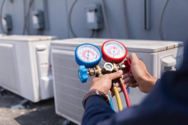 Technicien vérifie climatiseur, Equipement de mesure des climatiseurs de remplissage. - Photo