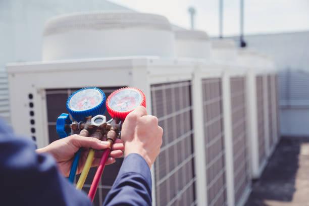 klimaanlage, überprüft messgeräte zur befüllung von klimaanlagen techniker. - konsum stock-fotos und bilder
