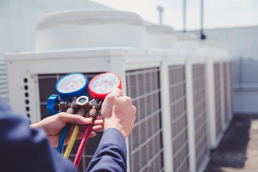 Teknikern Kontrollerar Luftkonditioneringen Mätutrustning För Att Fylla Luftkonditioneringar-foton och fler bilder på Akademikeryrke