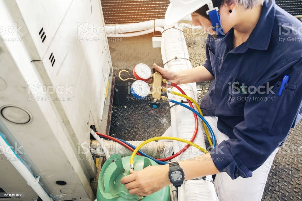 Técnico es control de acondicionador de aire - foto de stock