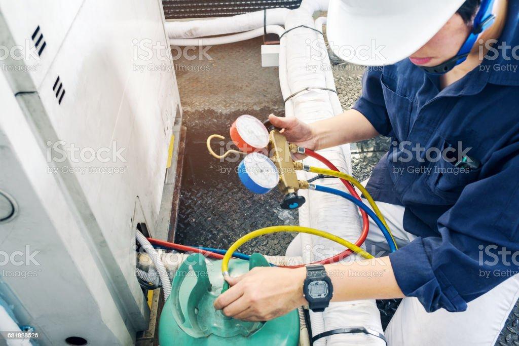 Techniker ist Klimaanlage überprüfen. – Foto
