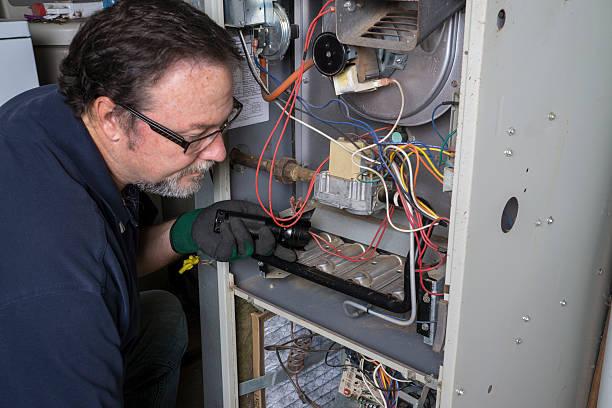 technik patrząc na gaz palników - naprawiać zdjęcia i obrazy z banku zdjęć