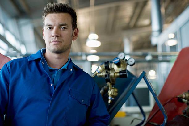 Technicien posant dans la boutique auto - Photo