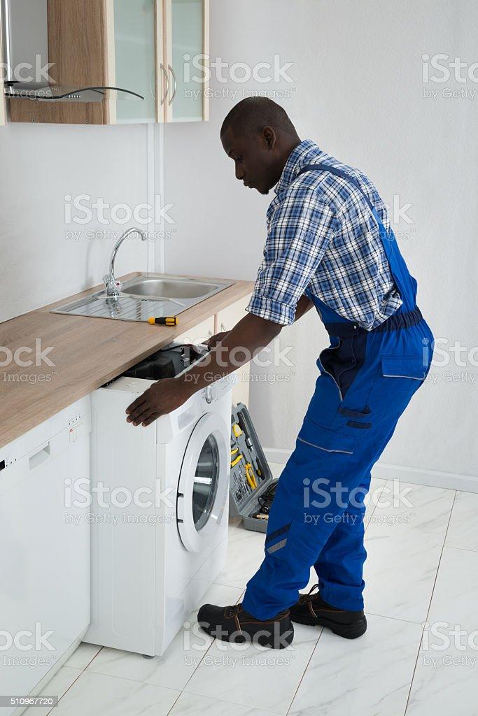Techniker Ziehen Waschmaschine In Der Küche Stockfoto und ...