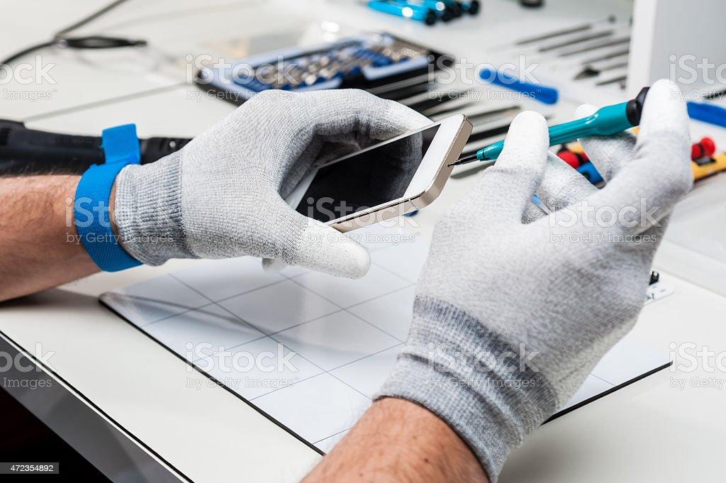 Técnico de reparación de un smarphone - Foto de stock de 2015 libre de derechos