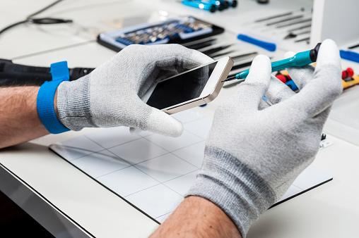 Técnico De Reparación De Un Smarphone Foto de stock y más banco de imágenes de 2015