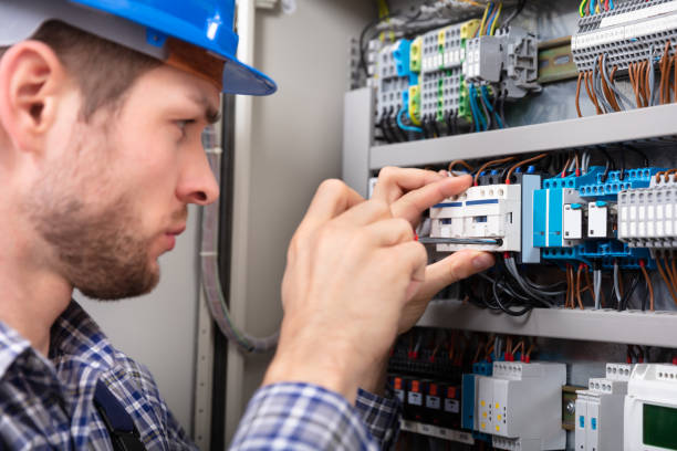 technicus reparatie zekeringenkast met schroevendraaier - elektricien stockfoto's en -beelden