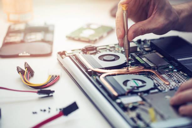 technik naprawy zbliżenia komputera przenośnego - naprawiać zdjęcia i obrazy z banku zdjęć