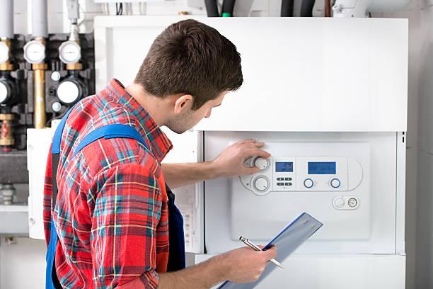 técnico manutenção de caldeira de aquecimento - equipamento industrial - fotografias e filmes do acervo