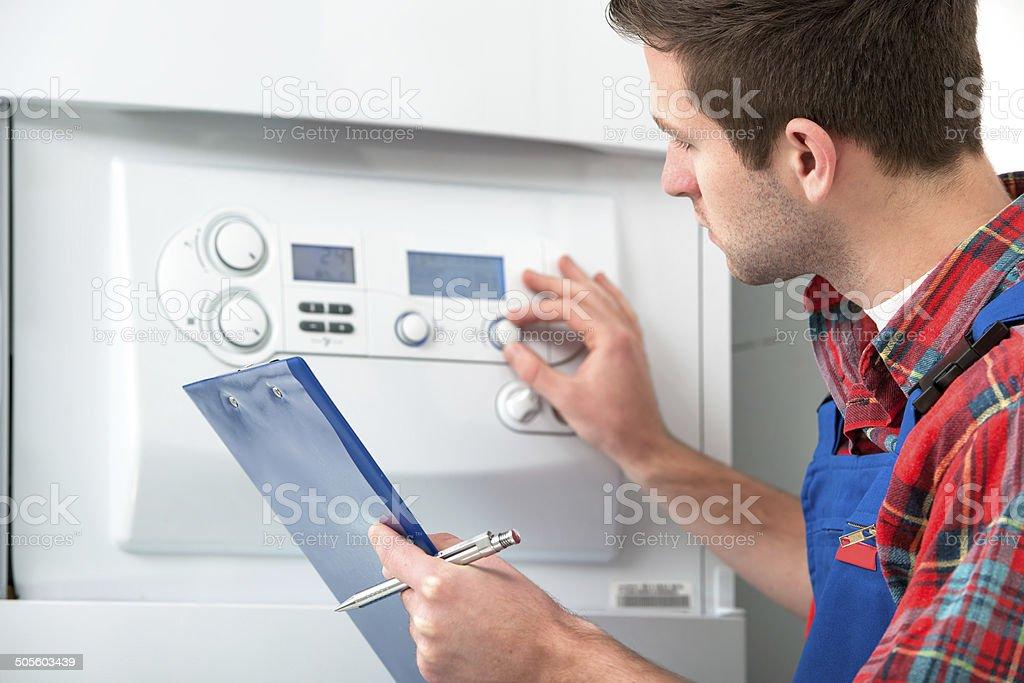 Tecnico di manutenzione Caldaia di riscaldamento - Foto stock royalty-free di Acqua