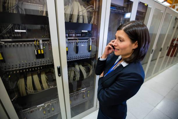 techniker, telefonieren mit handy - telefonschrank stock-fotos und bilder