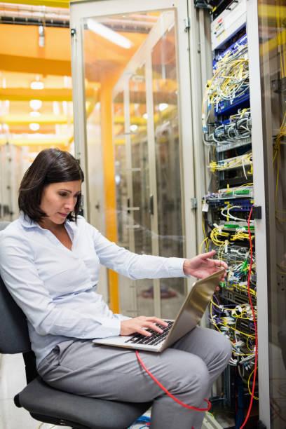 tekniker arbetar på bärbar dator - looking inside inside cabinet bildbanksfoton och bilder