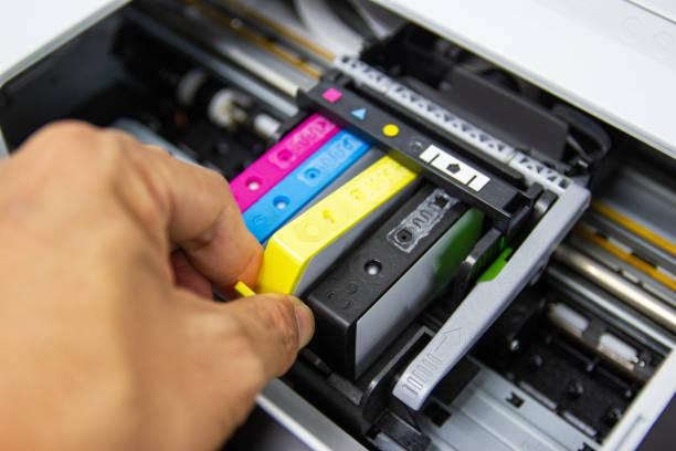 techniker installieren die farbdrucker-tintenstrahlpatrone des druckers - munition nachfüllen stock-fotos und bilder