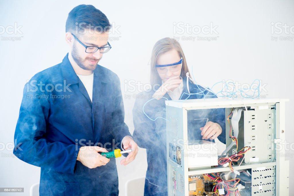 Technicians repairing computers foto stock royalty-free