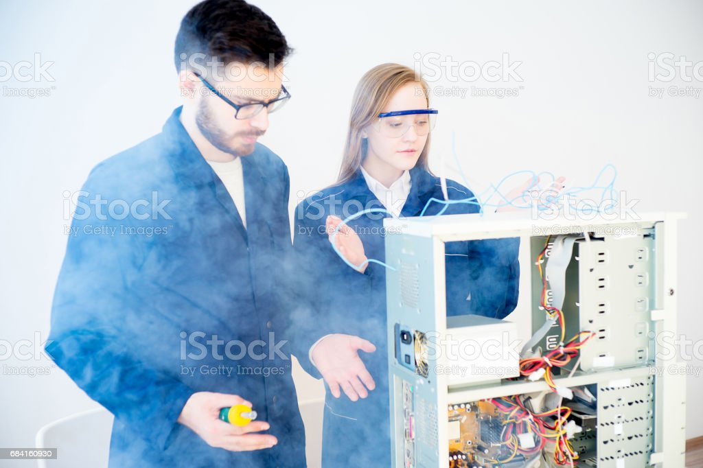 Technicians repairing computers foto stock royalty-free
