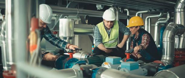 tekniker som arbetar i fabriks-eller bruks- - kvinna ventilationssystem bildbanksfoton och bilder