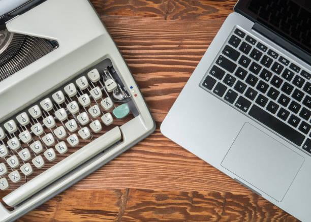 Technologischer Fortschritt: Vintage Schreibmaschine und modernen Laptop. Ansicht von oben – Foto