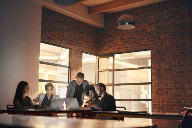 技術帶來的同事們在一起 - 小型辦公室 個照片及圖片檔