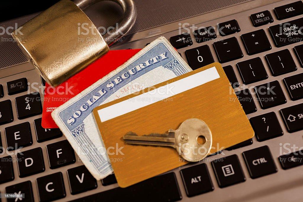 技術: コンピューター、ID カードおよびロックします。 盗難のコンセプトを識別します。 ストックフォト