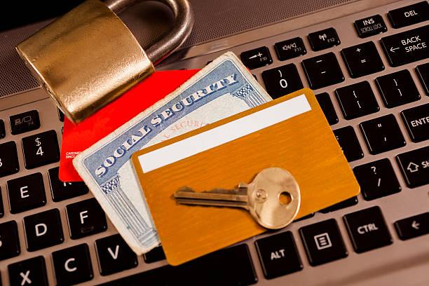 技術: コンピューター、id カードおよびロックします。 盗難のコンセプトを識別します。 - id盗難 ストックフォトと画像