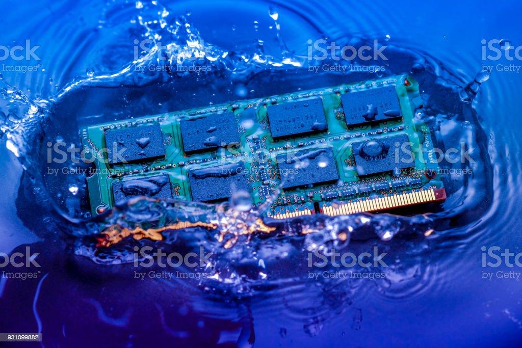 teknoloji siber elektronik kavramı. CPU ram bilgisayar mavi ışık arka plan üzerinde su içine düşmek. CPU soğutma suyu ile - Royalty-free Bağlantı Stok görsel