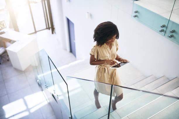 -technologie helpt haar stap omhoog haar business wedstrijd - trap buiten stockfoto's en -beelden