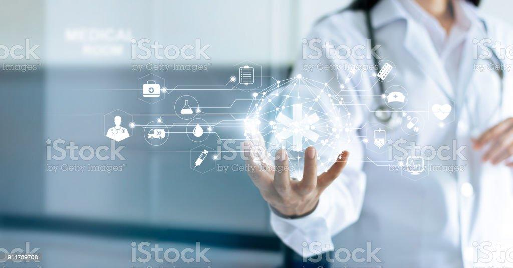 Tecnología innovación y medicina concepto. Médico y conexión de la red médica con interfaz de pantalla virtual moderna en mano sobre fondo de hospital - Foto de stock de Accidentes y desastres libre de derechos