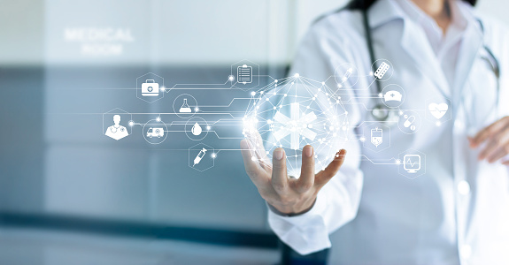 Technology Innovation And Medicine Concept Doctor And Medical Network Connection With Modern Virtual Screen Interface In Hand On Hospital Background — стоковые фотографии и другие картинки Аварии и катастрофы