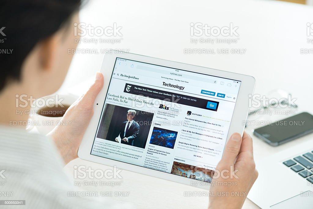 Technologie-Nachrichten auf Apple iPad Air - Lizenzfrei Analysieren Stock-Foto