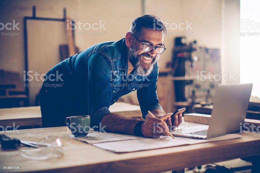 Tecnología fue de una enorme ayuda en este negocio - foto de stock