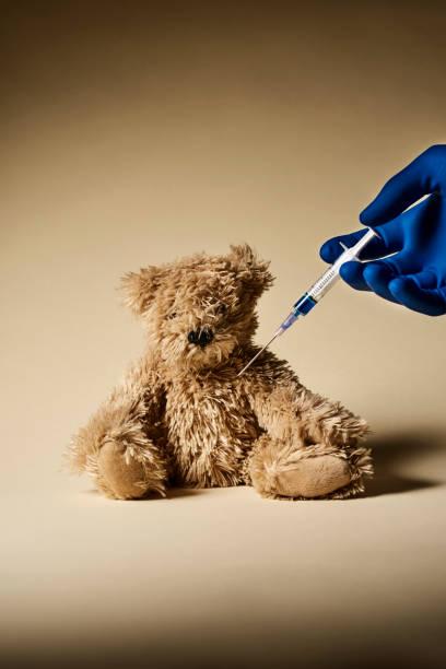 Teddybär und Spritze – Foto