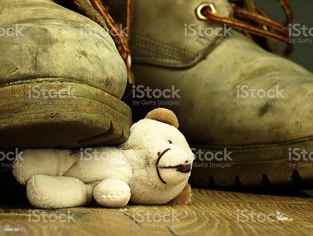Miś zgnieciony przez silne, stary butów wojskowych. – zdjęcie