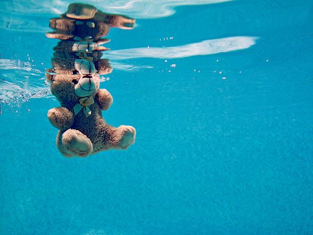 urso de peluche drowning debaixo de água - brinquedos na piscina imagens e fotografias de stock