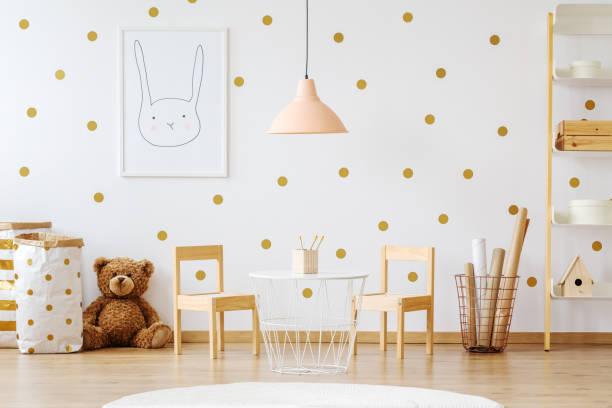 teddybär in kind zimmer - kinderzimmer tischleuchten stock-fotos und bilder