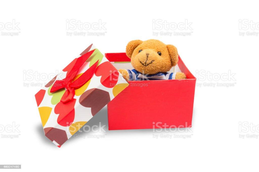 玩具熊在禮品盒,孤立與裁剪路徑的白色背景上。 免版稅 stock photo