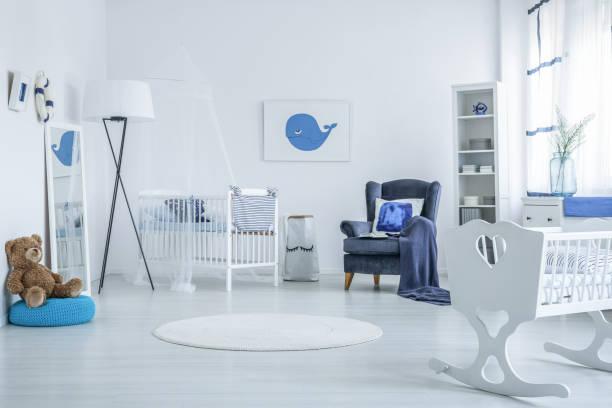 teddybär in kinder schlafzimmer - nautisches schlafzimmer stock-fotos und bilder