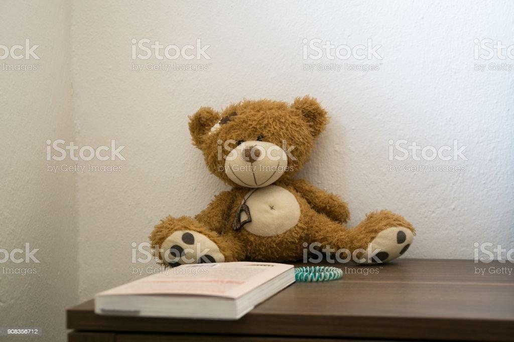 impaurito Table Fotografia E Bear di On con Teddy immagini Stock il libro Bedside più 8nPXwO0k