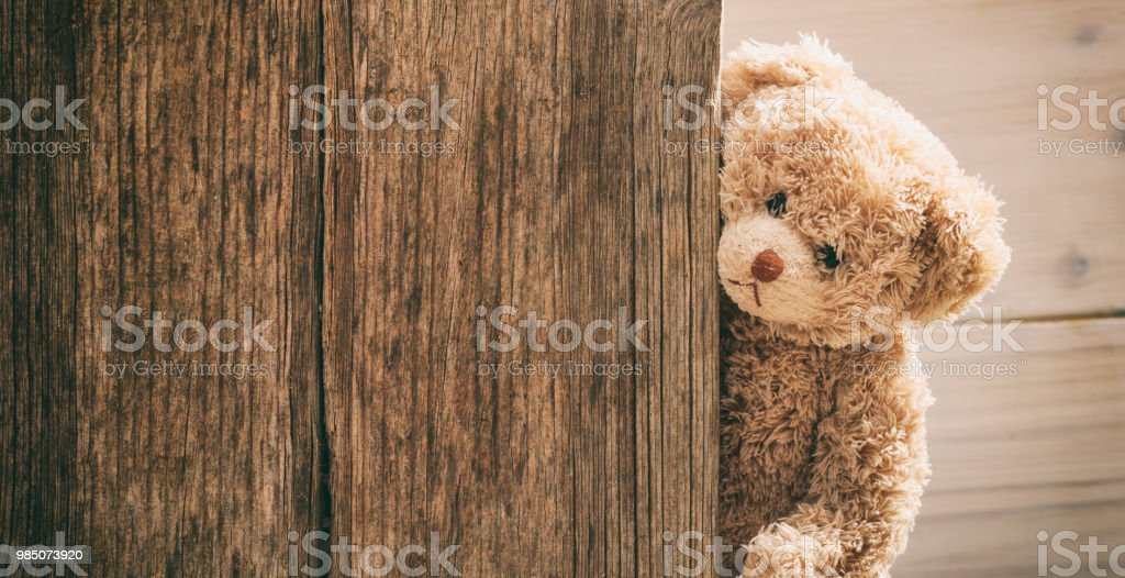 Teddybär auf hölzernen Hintergrund – Foto