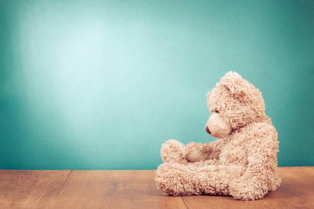 teddybär retro-altes spielzeug alleine vorne mintgrün hintergrund standortwahl. vintage-stil gefilterten foto - teddybär stock-fotos und bilder