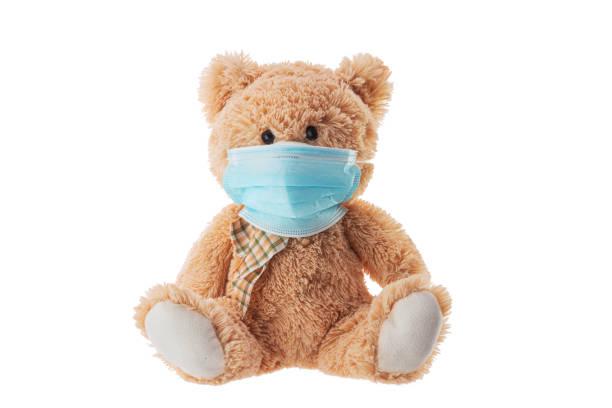 Teddybär Spielzeug mit Schutzmaske. Schutz vor Virus covid-19 – Foto