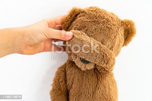 Teddy covers her eyes / Teddy bear