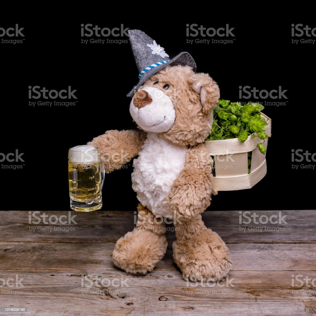 Teddy mit einem Glas Bier stock photo