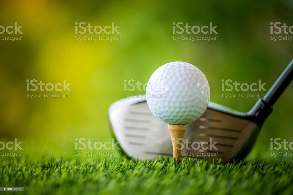 tirar la pelota de golf y club de golf - foto de stock